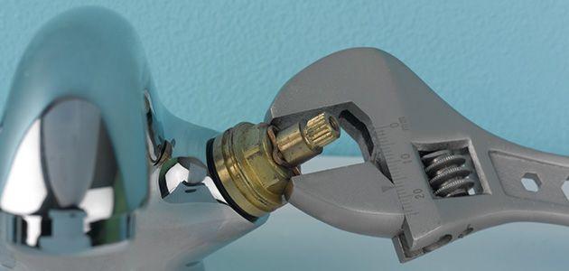 Sử dụng tốc lơ vít để tháo ốc vít giấu bên dưới nắp đậy