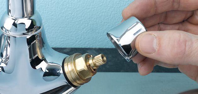 Tháo nắp đậy để tháo phần tay vặn khi sửa sen vòi bị rỉ nước