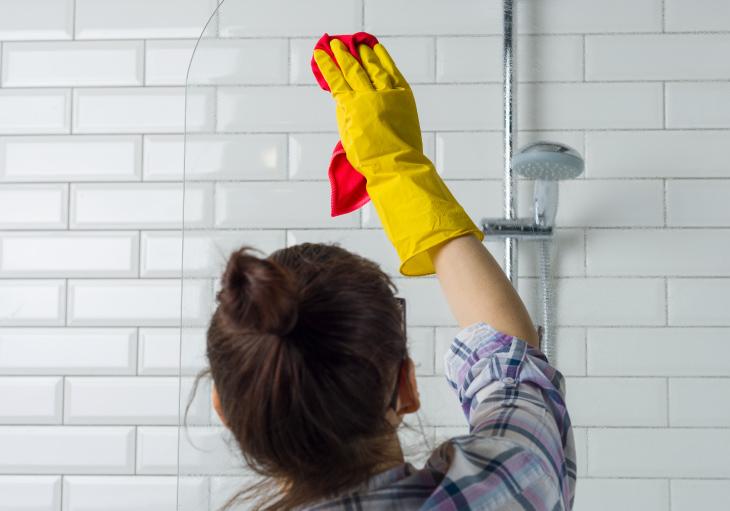 Lưu ý khi vệ sinh vòi hoa sen và các thiết bị vệ sinh khác ở phòng tắm cần nắm vững nguyên tắc và các cảnh báo đảm bảo an toàn khi thực hiện.