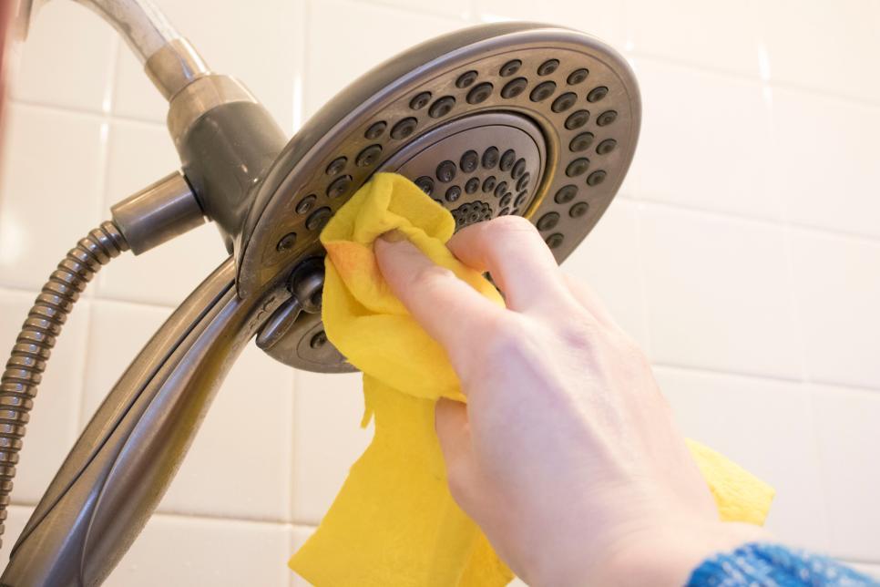 Từng nước một thực hiện vệ sinh vòi hoa sen là cách giúp bạn làm sạch và loại bỏ vi khuẩn ẩn nấp lâu ngày.